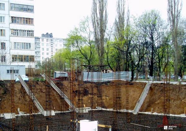 22.04.10: заливка фундамента жилого дома по пр.50 лет ВЛКСМ, 61