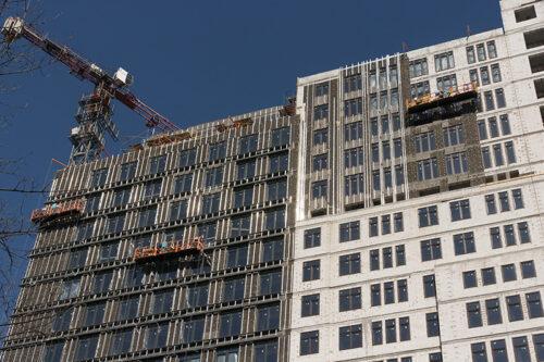"""У третій секції БФК """"Манхеттен"""" завершується монтаж перекриття другого торгового рівня"""