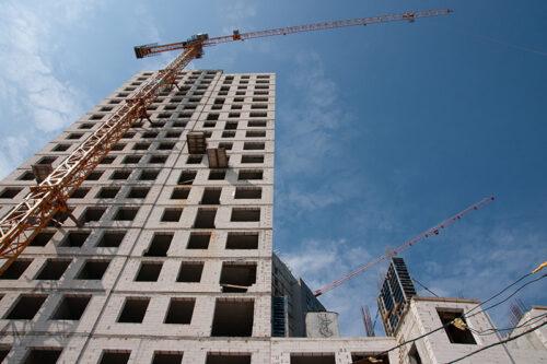"""В третьей секции МФК """"Манхэттен"""" ведется монтаж вертикальных конструкций четвертого этажа"""