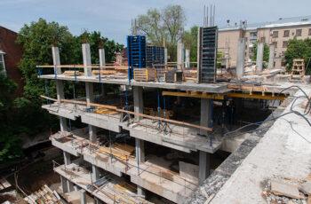 """В ЖК """"Октава"""" ведется монтаж вертикальных конструкций четвертого этажа"""