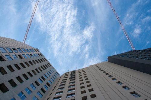 """В четвертой секции МФК """"Манхэттен"""" ведется монтаж вертикальных конструкций первого торгового уровня"""